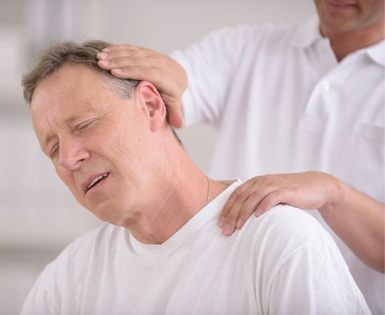 mayor recibe ajuste quiropractico